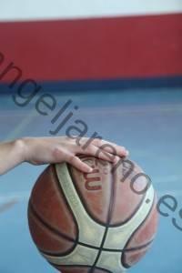Foto de baloncesto que recoge la acción del bote con una mano abierta con los dedos cómodamente extendidos y relajados situada encima del balón