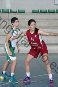 Foto de baloncesto que recoge a una niña bloqueando el rebote defensivo muy lejos de la canasta