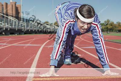 Foto de una velocista saliendo desde una posición baja con un buen equilibrio corporal