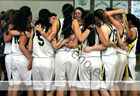 Fotografía de baloncesto que recoge a un equipo femenino con sus jugadoras juntas y abrazadas