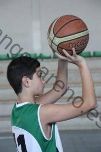 Foto de baloncesto de un niño realizando el gesto del tiro, uno de los fundamentos ofensivos individuales