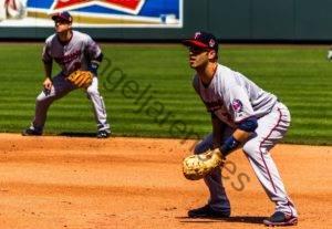 Foto de dos catchers en una posición flexionada con un buen equilibrio corporal