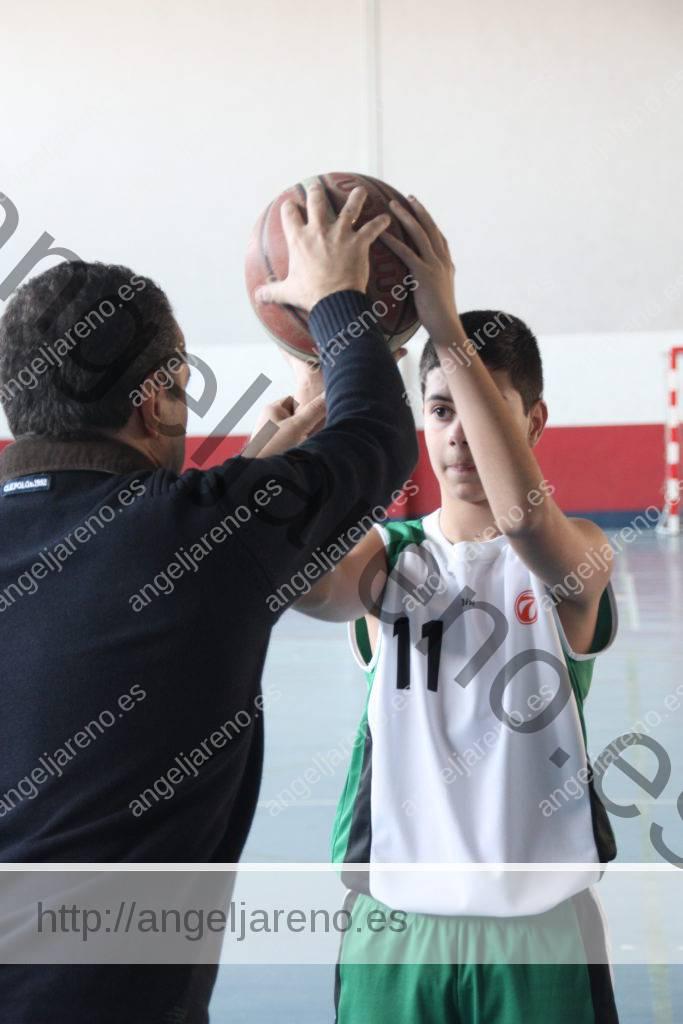 Foto de baloncesto que recoge la enseñanza del tiro de un entrenador a un niño