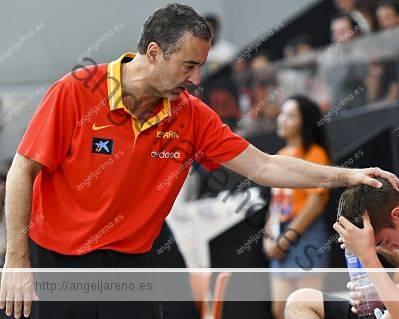 Fotografía de baloncesto de formación y valores que recoge a un niño y a su entrenador ayudándolo