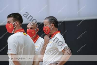 Fotografía de tres entrenadores de baloncesto usando mascarillas durante un entrenamiento