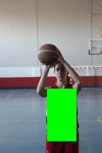 Foto de baloncesto de una niña preparada para tirar y un rectángulo en color verde que ocupa su cuerpo que es uno de los movimientos básicos
