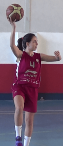 Foto de baloncesto de una niña realizando un tiro en gancho