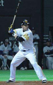 Foto de un bateador en el béisbol jugando flexionado para poder golpear la bola con un buen equilibrio corporal