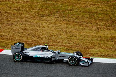 Foto de un coche de fórmula 1, muy bajo, como tiene que ser el equilibrio corporal
