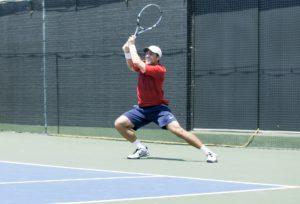 Foto de un tenista en una posición flexionada tras golpear una bola con un buen equilibrio corporal
