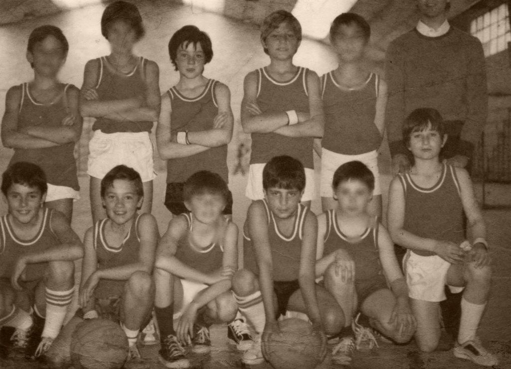Fotografía del primer equipo de baloncesto que entrenó ángel González Jareño